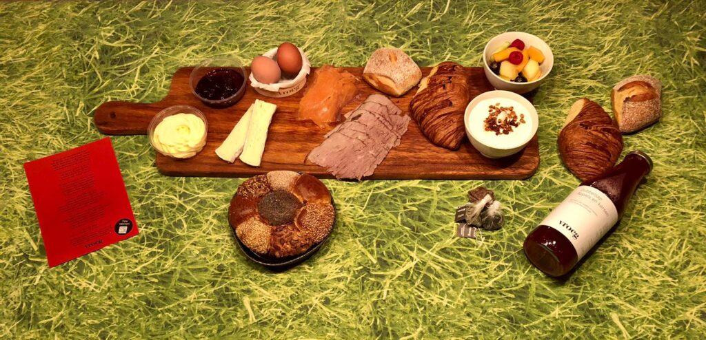 Vroeg Breakfast presentend on a wlong wooden board